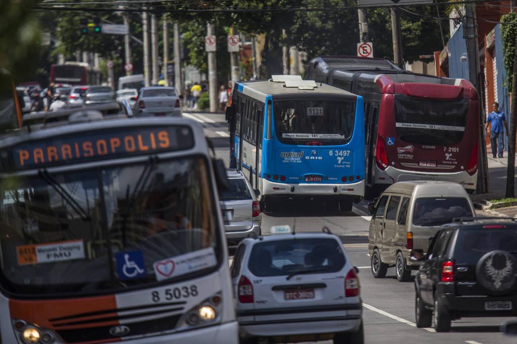 ônibus trafegam em São Paulo; novo padrão pode reduzir 80% das emissões - Apu Gomes/Folhapress